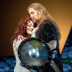 Jay Hunter Morris (Siegfried) ja Deborah Voigt (Brünnhilde) Wagnerin Ring-sarjan päätösosassa Jumalten tuho.
