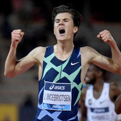 Jakob Ingebrigtsen jublar då han springer i mål på 5 000 meter.