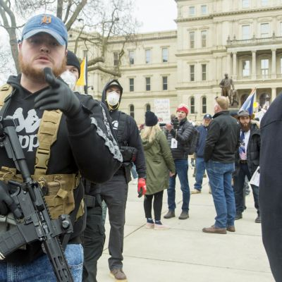 Aseistautunut mielenosoittaja Lansningin parlamenttitalon edustalla