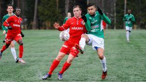 Benjamin Källman, FC Inter och Akim Sairinen, EIF i närkamp.
