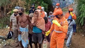 Räddningsmanskap evakuerar drabbade människor i indiska Odisha efter stormen. 10 miljoner människor kan ha drabbats av stormen.
