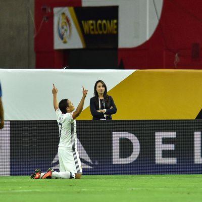 Carlos Bacca juhlii maalia polvillaan.