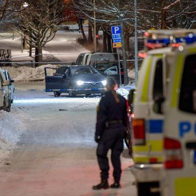 Poliisiautoja rikospaikalla keskiviikkona sen jälkeen, kun Tukholman Kistan kaupunginosassa oli ammuttu kaksi miestä.