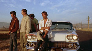 """Harrison Ford (oik.) ja muuta cruisailevaa """"svengijengiä"""" elokuvassa American Graffiti."""