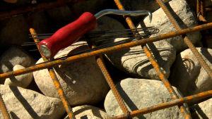 En armeringskrok bland stenar