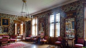 Wiurilan kartanon pääsalongin käsinmaalatut tapetit ja sisustus ovat 1830-luvulta ja peilit vuodelta 1811.