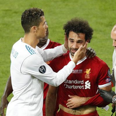 Cristiano Ronaldo tröstar Mohamed Salah.