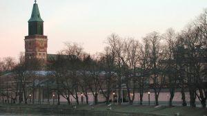 Aura å med Åbo domkyrka i bakgrunden.