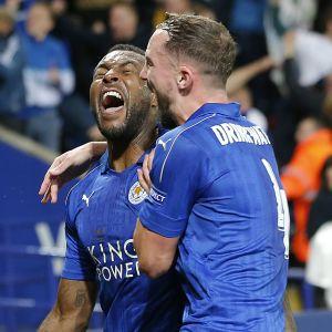 Wes Morgan gjorde 1-0 för Leicester hemma mot Sevilla och firar med Danny Drinkwater.
