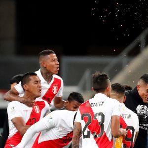 Perus spelare firar finalavancemanget.