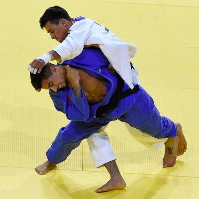 Israelin judoka Tal Flicker (sininen puku) ja lajilegenda, Ukrainan Georgii Zantaraia tatamilla