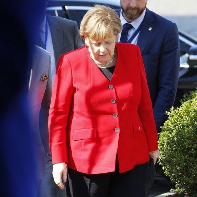 Angela Merkel saapumassa kokouspaikalle Brysselissä.