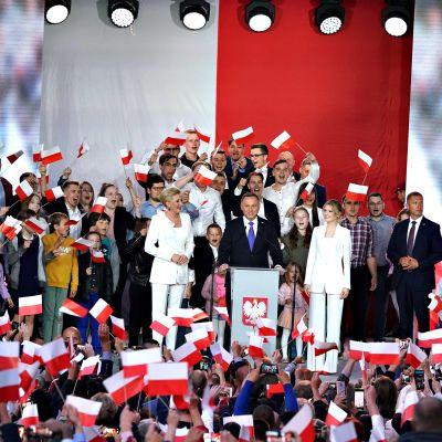 Andrzej Duda kannattajiensa ympäröimänä.