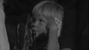 Tietoisku: Lapsi ja myymälä vuodelta 1973, kuvassa lapsi.