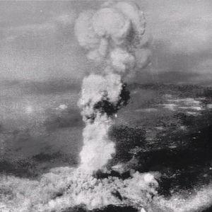 Ydinräjähdyksen aiheuttama savupatsas Hiroshiman yllä 1945