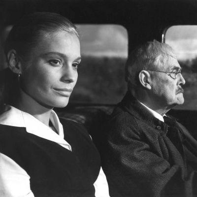 Svartvit bild ut Bergmans film Smultronstället som föreställer två personer i en bil.