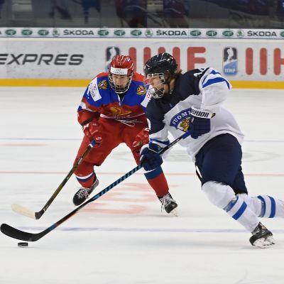 Rasmus Kupari var ettrig i semifinalmatchen mot Ryssland. Jaroslav Alexejev hölls inte med i svängarna.