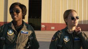 Captain Marvel och hennes bästis Maria på väg mot sitt stridsflyg.
