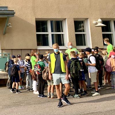 klasser redo att gå in i skolbyggnaden
