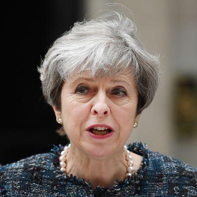 Britannian pääministeri Theresa May puhui keskiviikkona 3. toukokuuta 2017 virka-asuntonsa edessä Downing Street 10:ssä.