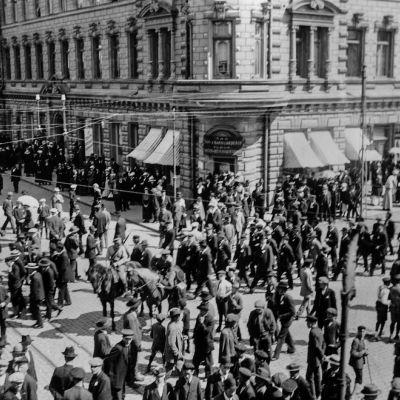 Turku, ihmisiä kadulla 30.05.1917