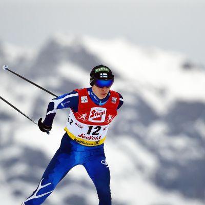 Eero Hirvonen hiihtää.