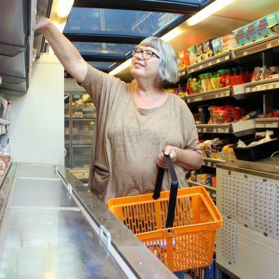 Helsinkiläinen Helena Vuojakoski asioi kauppa-autossa aina mökkeillessään Kangasniemellä.