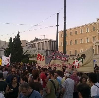 Demonstranter utanför parlamentet i Aten.