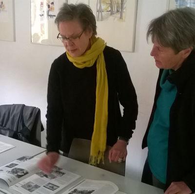 Barbara Geier-Häckh och Bettina Lampmann-Endeser på material från 1980-talet.