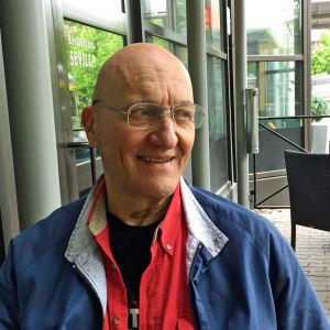 Klaus Bremer sitter på en uteservering.