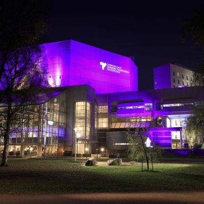 tampere-talo valaistuna violetiksi