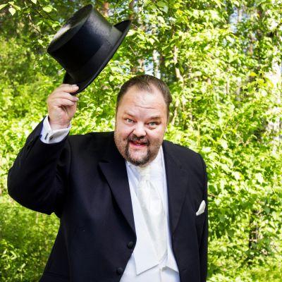 Mika Väkeväinen nostaa silinterihattua