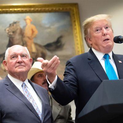 Yhdysvaltain maatalousministeri Sonny Perdue kuvattuna presidentti Trumpin kanssa Valkoisessa talossa toukokuussa 2019.