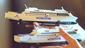 Miniatyrer av den planerade nya Kvarkenfärjan utprintade på 3D-printer av Kvarkenrådet.