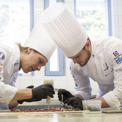 Suomen kokkimaajoukkueen jäsenet Kari Julin ja Mattias Åhman.