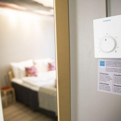Hotellet Helka justerar värmen i rummen så att gästen får en behaglig upplevelse när hen anländer till hotellet.