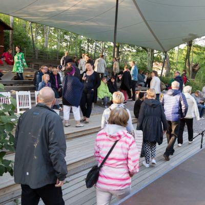 Yleisöä menossa Järvenpään kesäteatteriin.