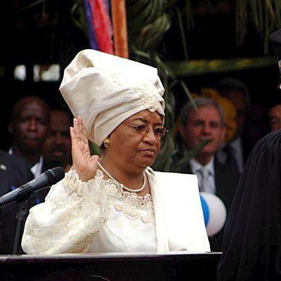Ellen Johnson Sirleaf svärs in som president för Liberia år 2006.