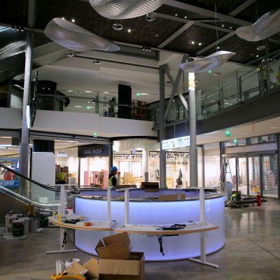 Kalasataman ostoskeskus Redi aukesi 20. syyskuuta 2018. Rakennustöitä viimeisteltiin viikkoa ennen avajaisia.