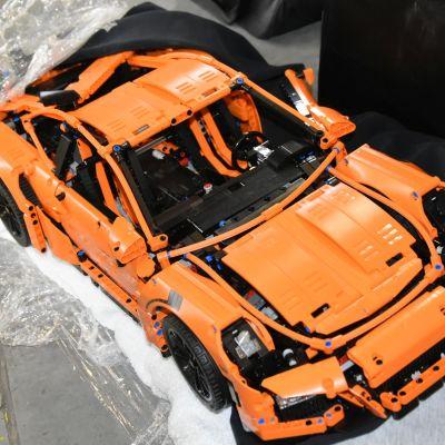 Poliisi epäilee, että tämä oranssi Lego-Porsche on varastettu suomalaislapselta.