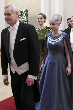Antti Rinne i frack med frun Heta Ravolainen-Rinne i blå klänning.