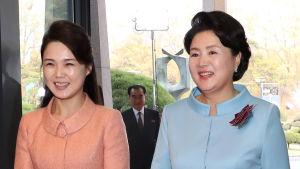 Nordkoreas första dam Ri Sol-Ju tillsammans med sin sydkoreanska kollega Kim Jung-Sook i samband med toppmötet i Panmunjom.