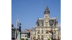 Ranskalaisten kansallissankarittaren, Jeanne d*Arcin patsas Compiègnen 1500-luvun alussa rakennetun kaupungintalon edessä. Kuvanveistäjä on Etienne Leroux.
