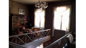 Hakoisten kartanon kirjastoa rakennuksen yläkerrassa. Kuva: Sini Sovijärvi