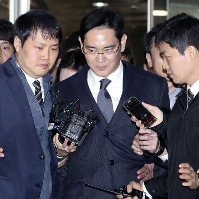 Samsungchefen Lee Jae-Yong misstänks ha gett presidenten och hennes närmaste medarbetare över 30 miljoner euro i mutor