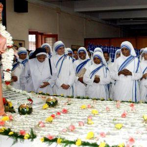 Nunnor ber vid Moder Teresas grav i Calcutta den 5 september 2003.