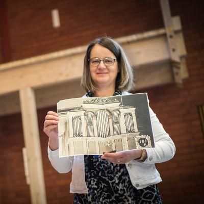 Kokkolan suomalaisen seurakunnan johtava kanttori Ritva Göös kädessään vanha kuva Normann-uruista.