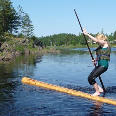 Heidi Hannukainen kaatumassa veteen