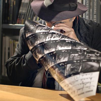 Abbas Attar tutkii luupilla pinnakkaisia