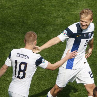 Joel Pohjanpalo och Jere Uronen vända mot varandra.